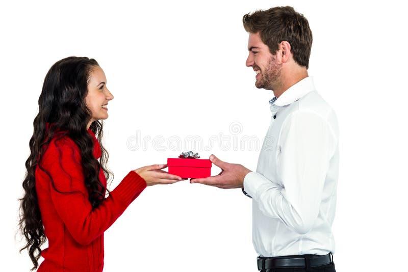 Aufgeregte junge Paare, die Geschenkbox halten lizenzfreie stockfotografie