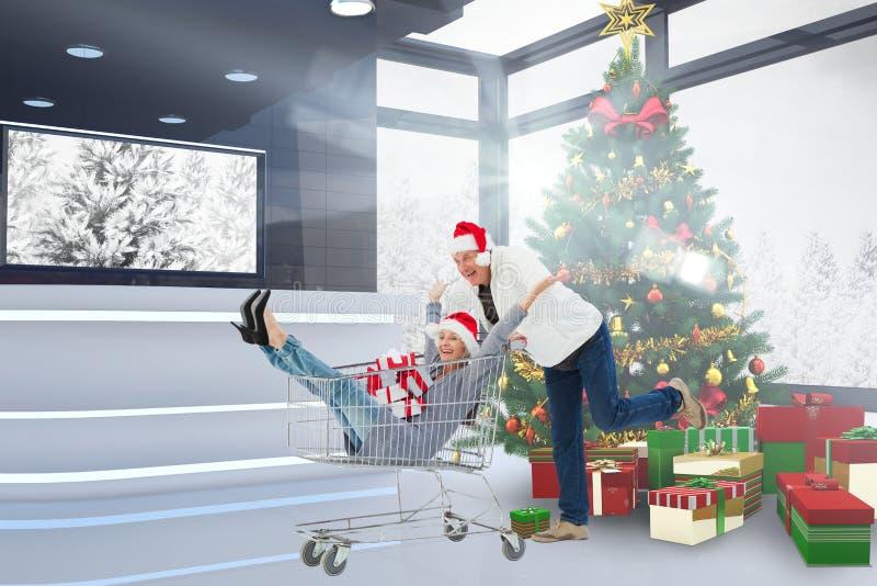 Aufgeregte Paare, die am Einkaufszentrum genießen stockfotografie