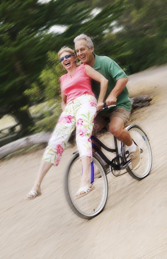 Aufgeregte Paare, die Fahrrad-Fahrt genießen stockfoto