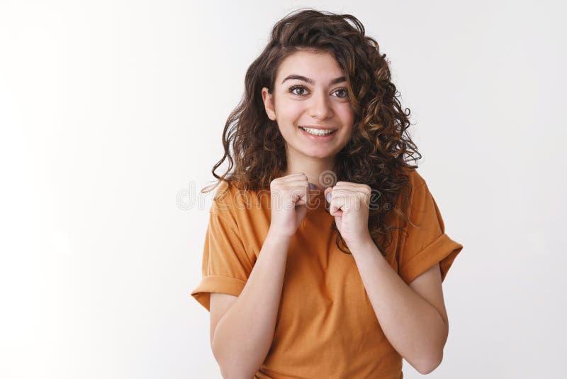 Aufgeregte süße, charmante junge armenische 20er-Frauen mit geschmeichelten Clench-Faustfisten können es kaum erwarten, Lieblings stockfotos
