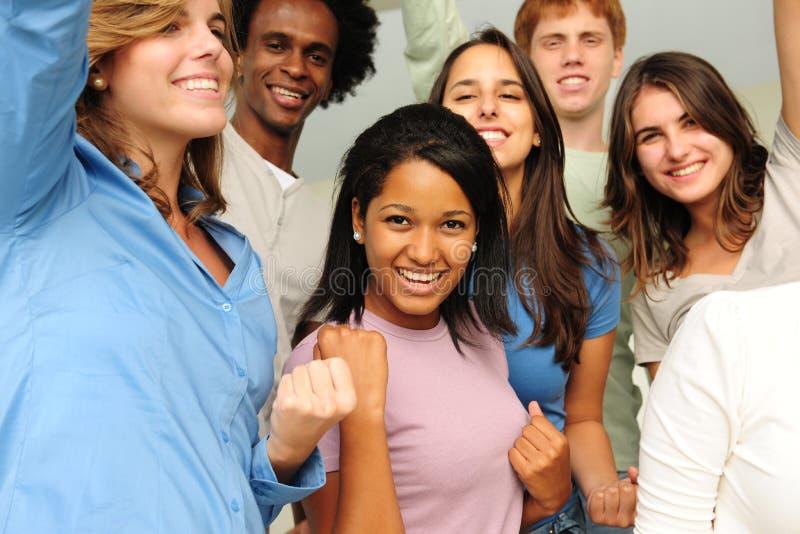Aufgeregte und glückliche Gruppe verschiedene junge Leute lizenzfreie stockfotografie