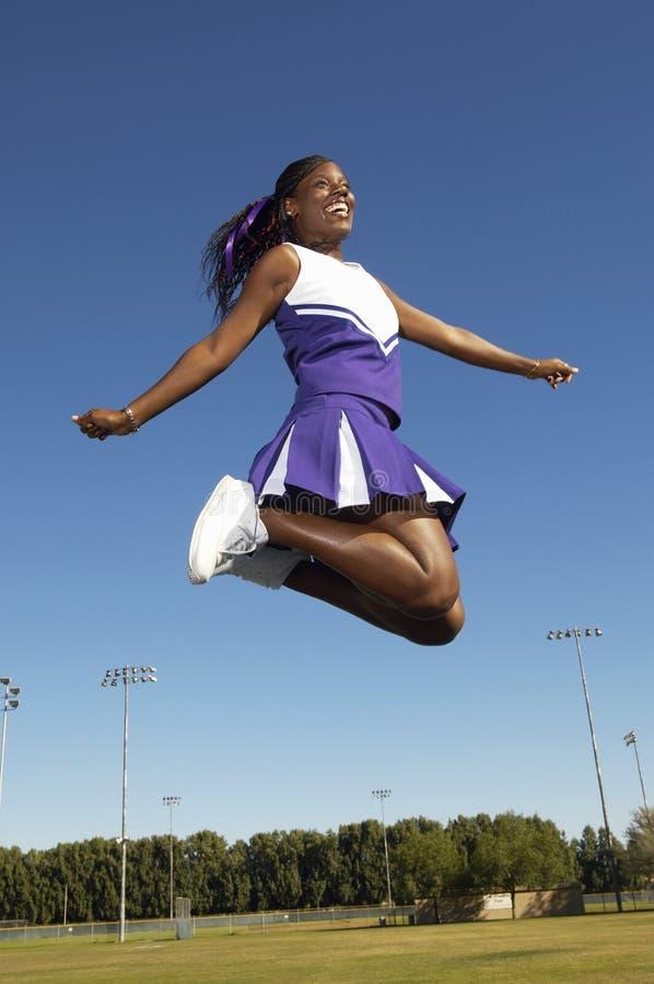 Aufgeregte weibliche Cheerleader lizenzfreies stockfoto