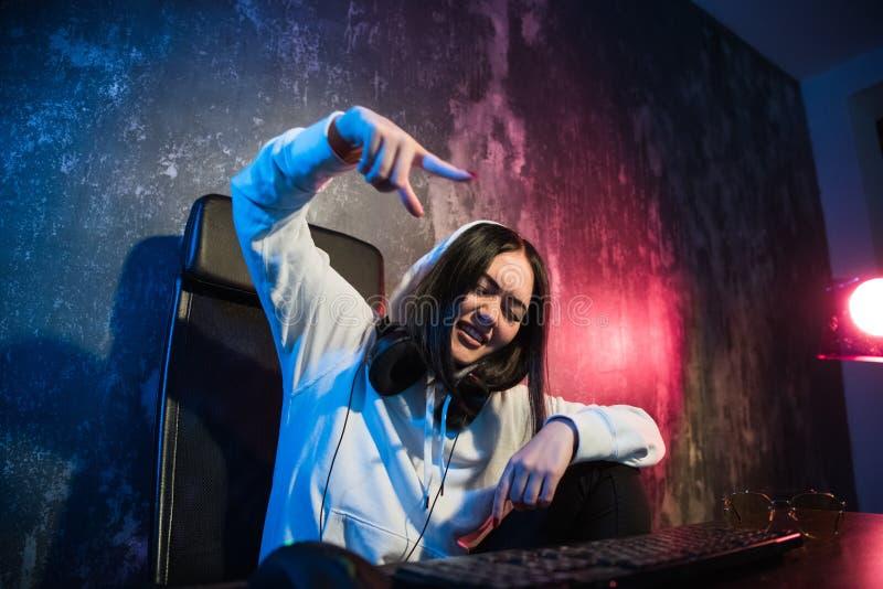 Aufgeregte weibliche Gamermädchenfrau, die einen Knopf auf einer Tastatur laufen lässt ein Spiel oder sendet eine Mitteilung bedr lizenzfreie stockfotografie