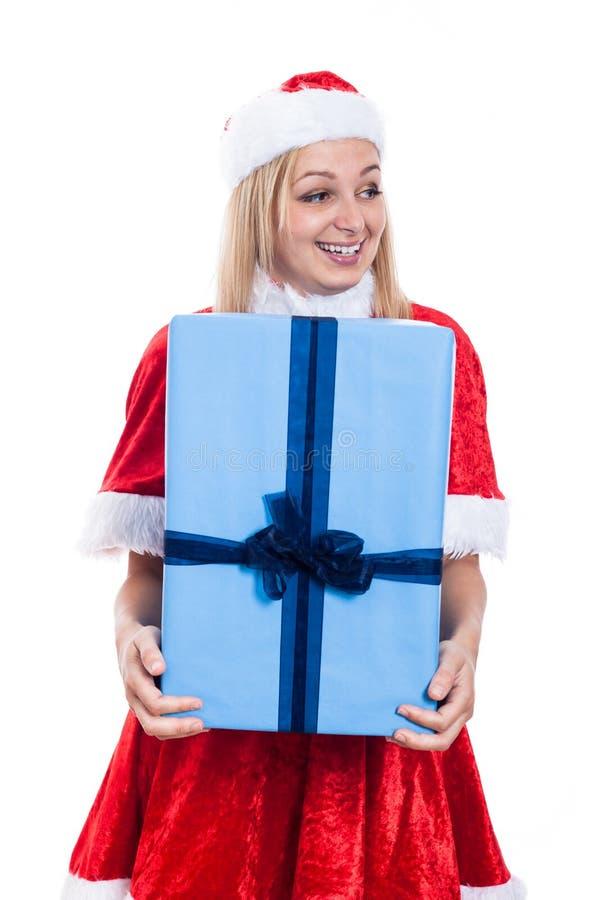 Aufgeregte Weihnachtsfrau, die großes Geschenk hält stockbilder