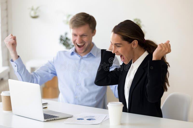 Aufgeregte zusammenpressende Fäuste des Mannes und der Frau nach erfolgreichem Vorstellungsgespräch lizenzfreie stockfotos