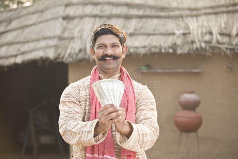 Aufgeregter Anmerkungen haltener und schreiender Landwirt der indischen Rupie lizenzfreie stockfotografie
