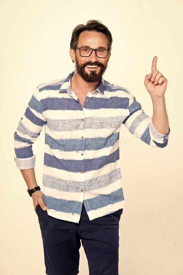 Aufgeregter bärtiger Mann mit den Gläsern, die Zeigefinger hoch halten und mit glänzender Idee erleuchtet schauen Mannpunkte bis  stockbild