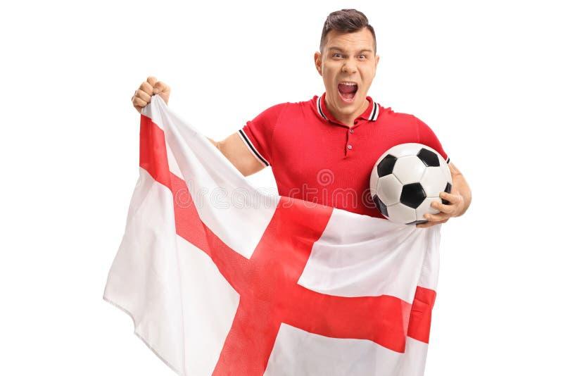Aufgeregter Fußballfan, der einen Fußball und eine englische Flagge hält stockbild