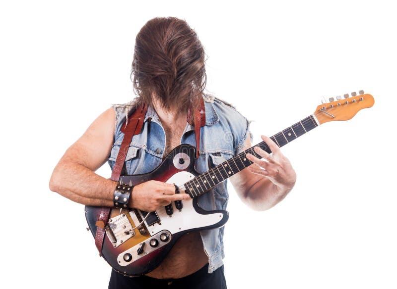 Aufgeregter Gitarrist in der Jeansjacke lizenzfreies stockfoto