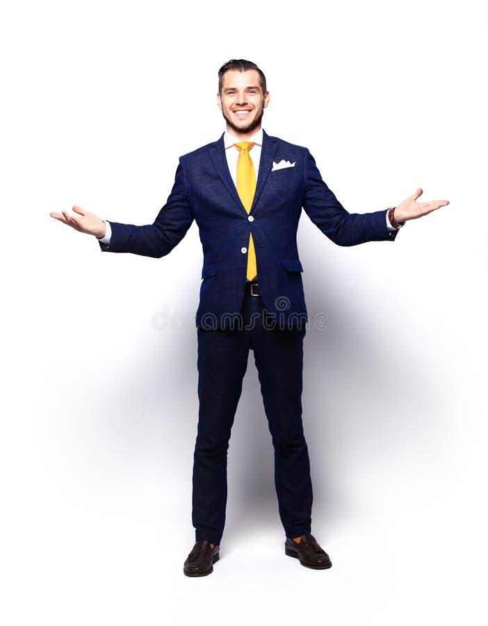 Aufgeregter hübscher Geschäftsmann mit den Armen hob in Erfolg an stockfoto