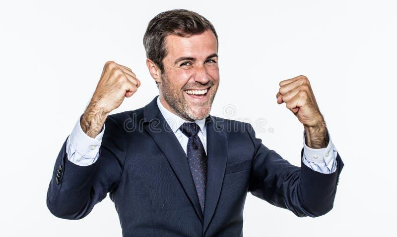 Aufgeregter hübscher junger Geschäftsmann, der für erfolgreichen Unternehmensgewinn lacht lizenzfreies stockbild