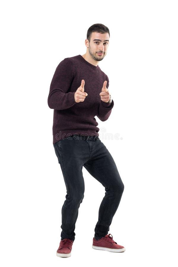 Aufgeregter junger glücklicher zufälliger Biegungsmann, der Sie Finger auf Kamera zeigend wählt stockbilder