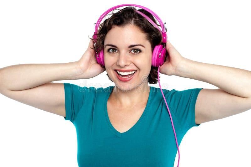 Aufgeregter junger Musikfreund lizenzfreies stockfoto