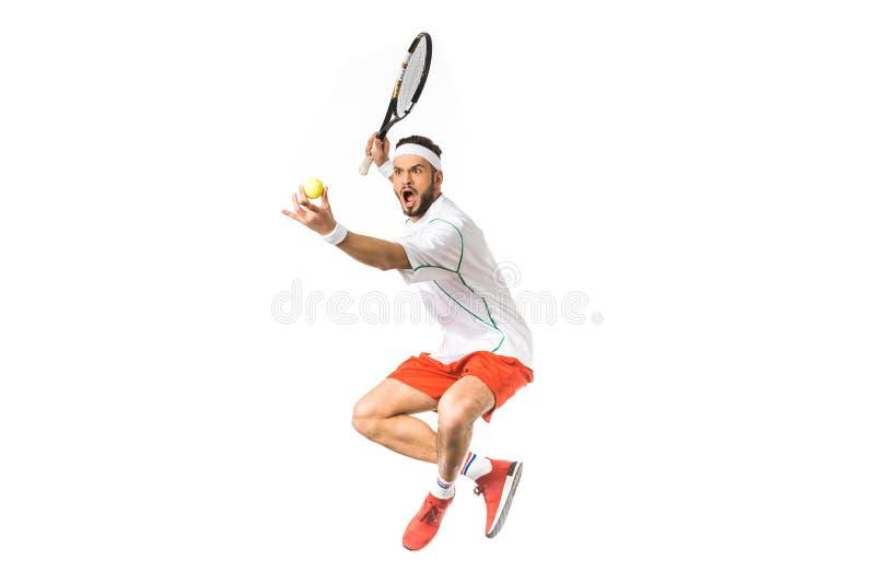 aufgeregter junger springender Sportler beim Spielen von Tennis stockfotografie