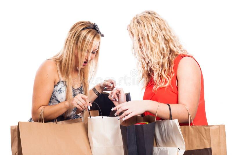 Aufgeregter Mädcheneinkauf lizenzfreie stockfotos