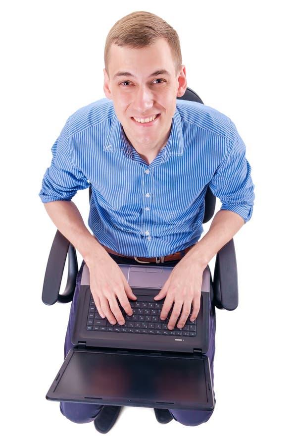 Aufgeregter Mann am Laptop lizenzfreies stockfoto