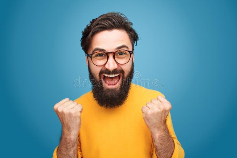 Aufgeregter Mann mit den Fäusten oben stockfotografie
