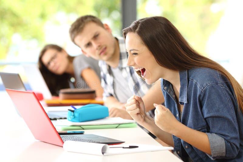 Aufgeregter Student auf Linie in einem Klassenzimmer stockfoto