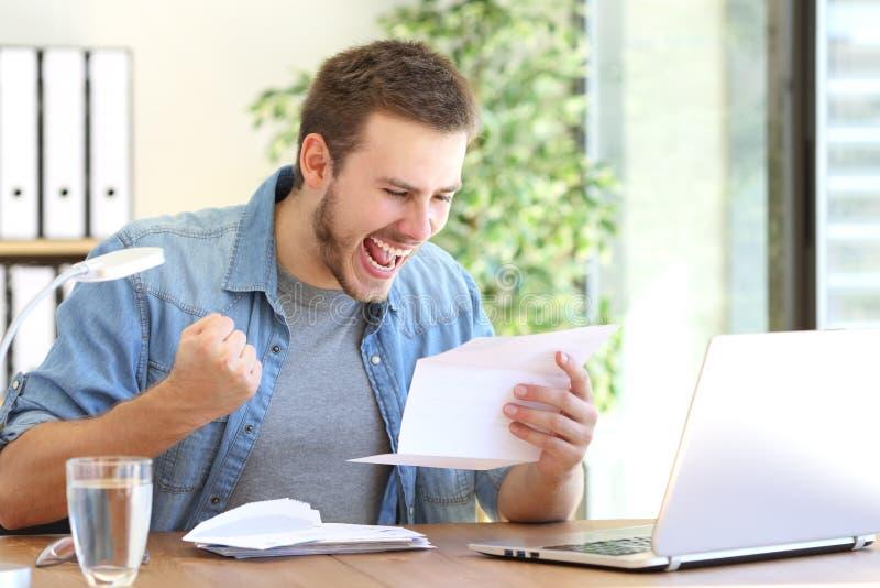 Aufgeregter Unternehmer, der einen Brief liest lizenzfreies stockfoto