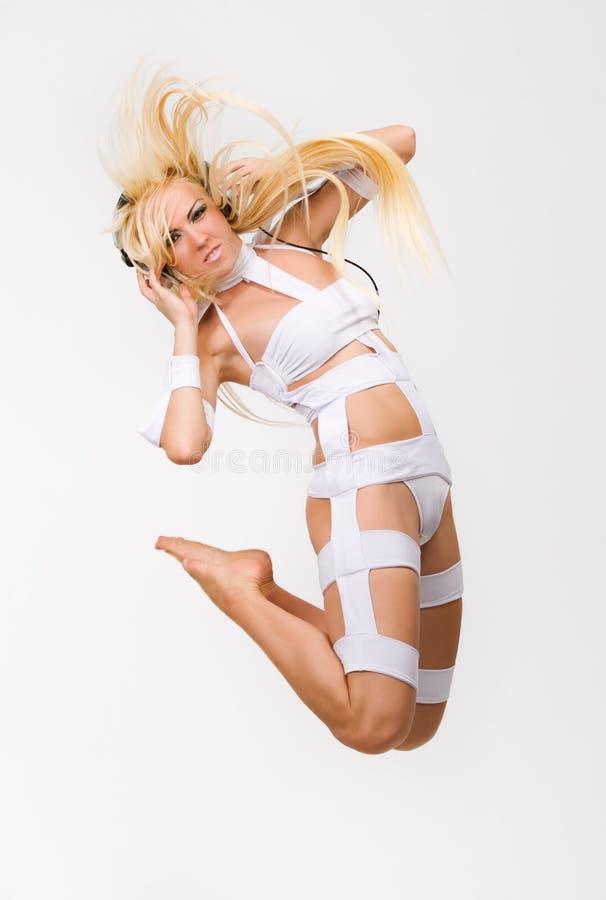 Aufgeregtes blondes Baumuster mit dem Kopfhörerspringen lizenzfreie stockfotos
