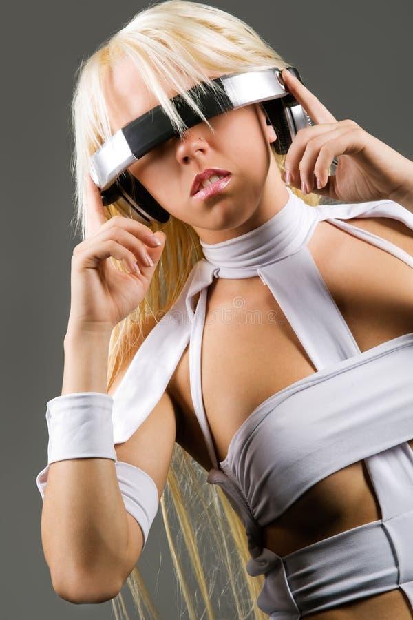 Aufgeregtes blondes Baumuster mit Kopfhörern stockfotografie