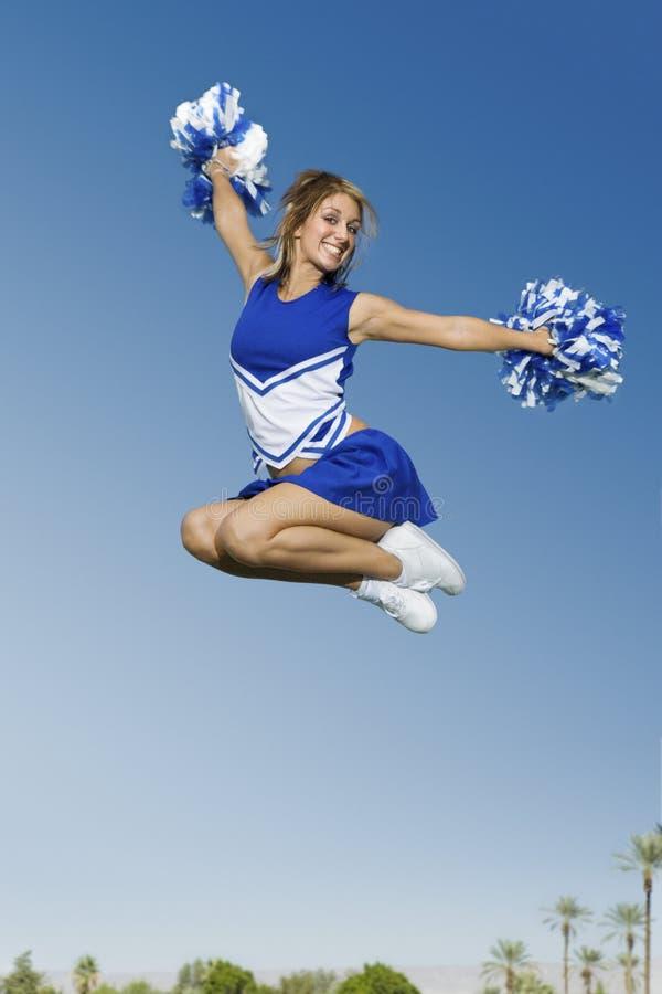 Aufgeregtes Cheerleader-Springen stockfoto