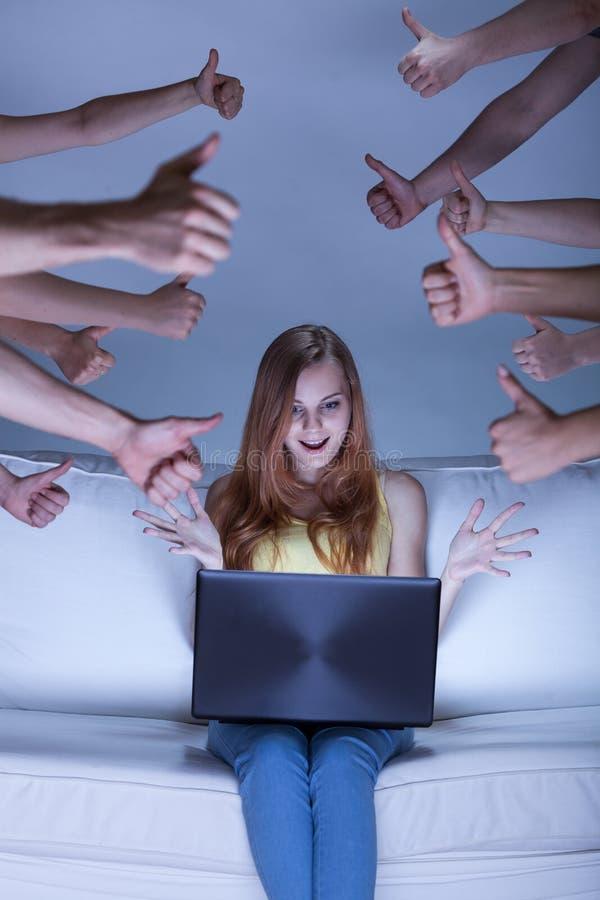 Aufgeregtes facebook Mädchen lizenzfreie stockfotografie