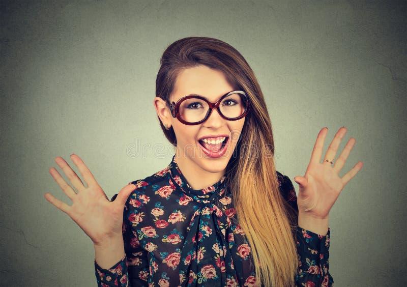 Aufgeregtes flippiges schauendes Mädchen in den Gläsern schreiend lizenzfreie stockfotografie