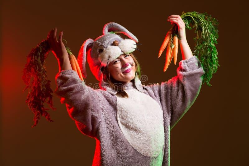 Aufgeregtes Häschenmädchen mit Karotten lizenzfreie stockfotos