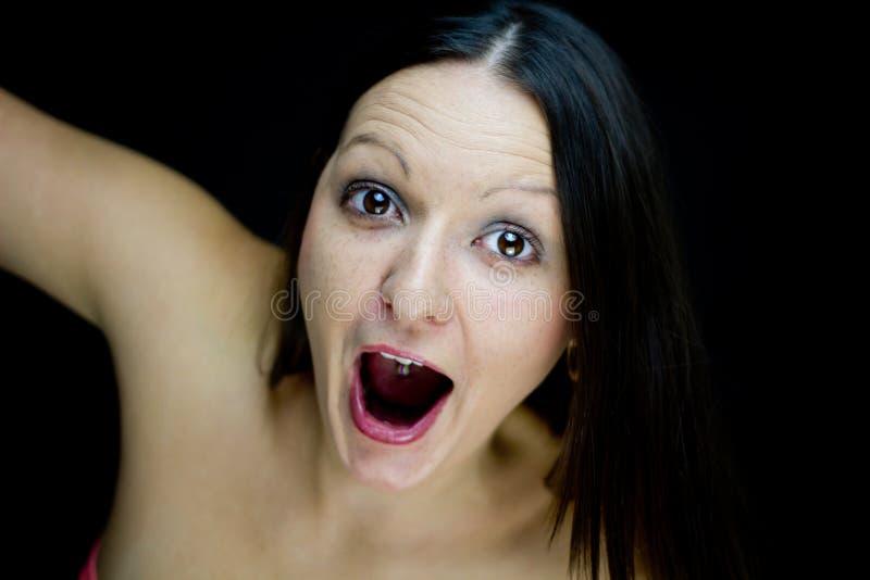 Aufgeregtes Mädchen, das Kamera betrachtet stockbilder