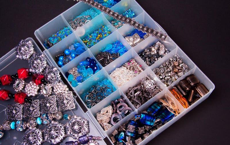 Aufgereihter Victorian maserte silberne flache Perlen, quadratische Schieberperlen, Stulpenarmbänder und lose Perlen stockfoto