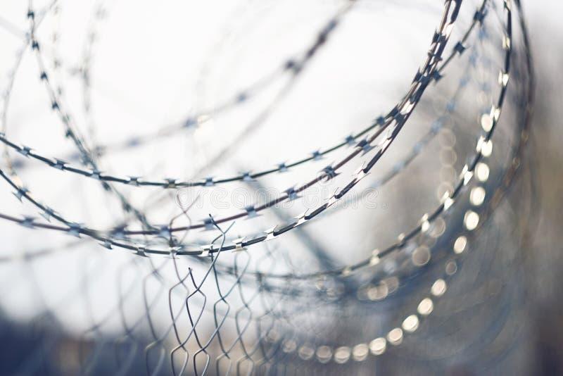 Aufgerollter scharfer Stacheldraht, der das Gefängnis einschließt lizenzfreie stockfotos