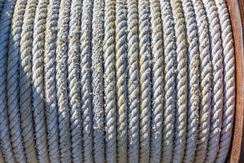 Aufgerolltes Seil auf einer Handkurbel auf einem Segelboot stockfoto