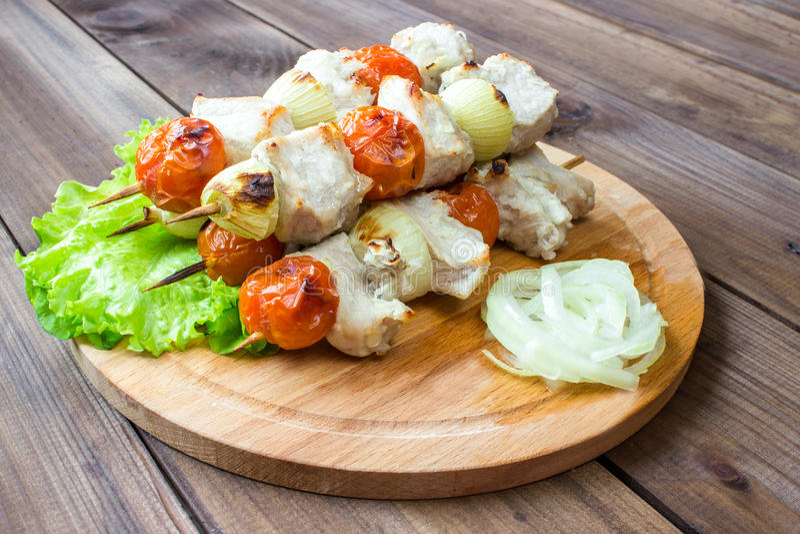 Aufgespießt auf geschmackvollem Schweinefleisch und Gemüse der hölzernen Stöcke mischen Sie, lizenzfreie stockfotos