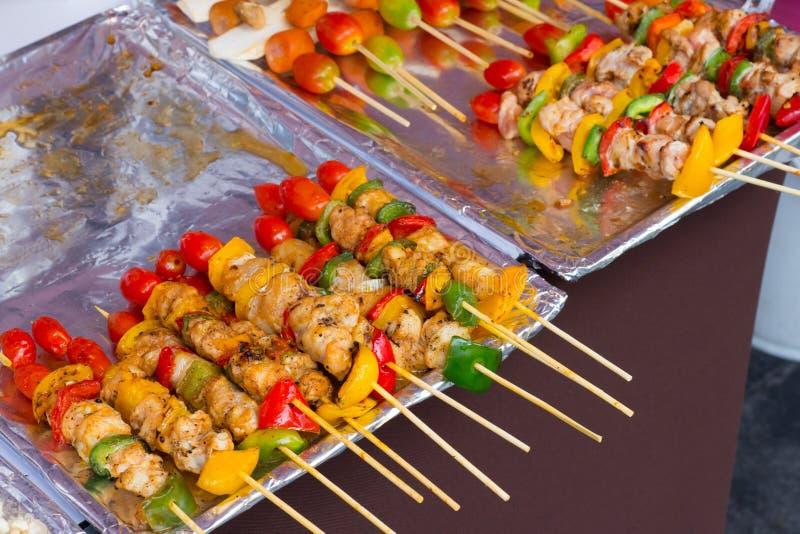 Aufgespießt auf geschmackvollem Schweinefleisch und Gemüse der hölzernen Stöcke mischen Sie, GR lizenzfreies stockfoto