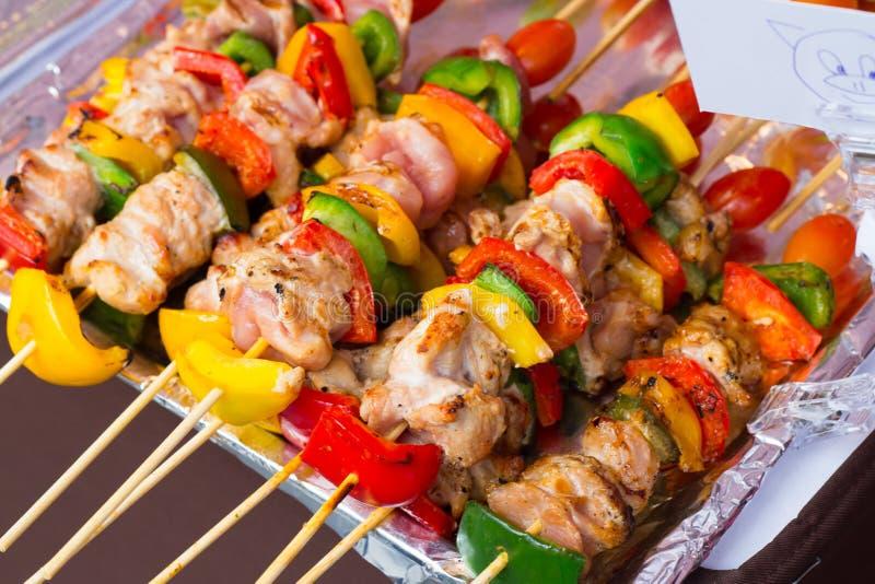 Aufgespießt auf geschmackvollem Schweinefleisch und Gemüse der hölzernen Stöcke mischen Sie, GR lizenzfreies stockbild