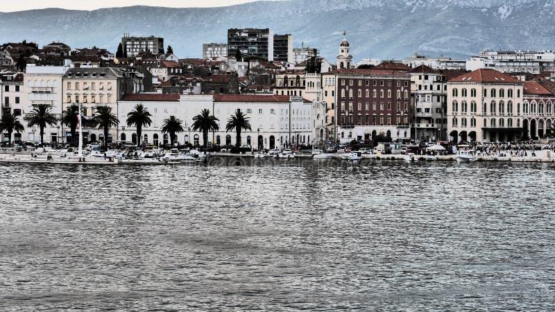 Aufgeteilte kroatische Stadt auf dem adriatischen Meer stockfotografie