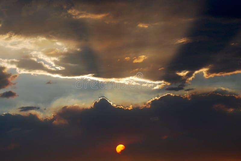 Aufgeteilte Wolken am Sonnenuntergang lizenzfreies stockfoto