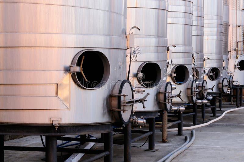 Aufgetragene Stahltanks für Weinproduktion stockbilder