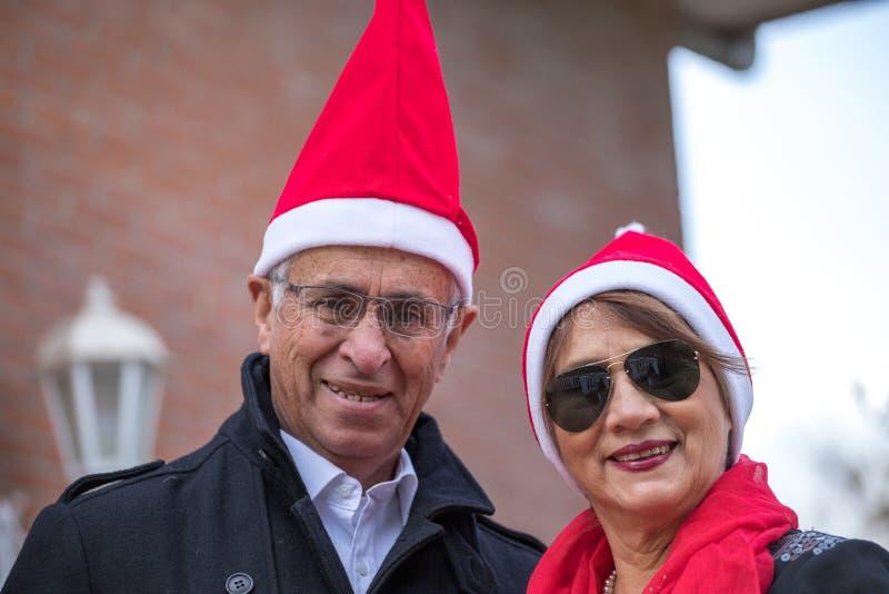 Aufgeworfen für Weihnachten in einer älteren Heirat lizenzfreies stockfoto
