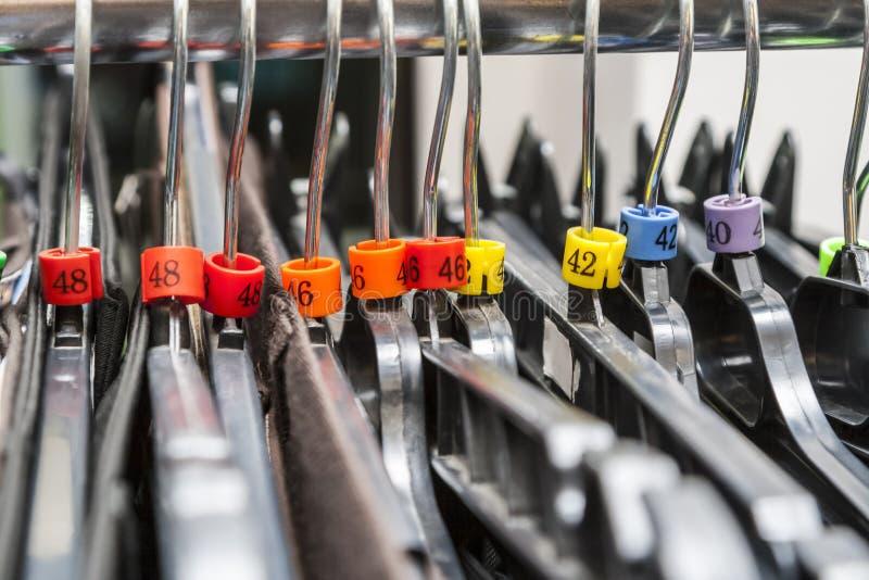 Aufhänger in einem Kleidungs-Shop stockfotografie