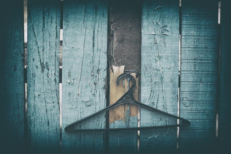 Aufhänger für die Kleidung, die an einem Nagel hängt lizenzfreies stockbild