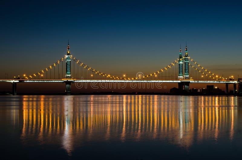 Aufhebung-Brücke nachts lizenzfreie stockfotografie