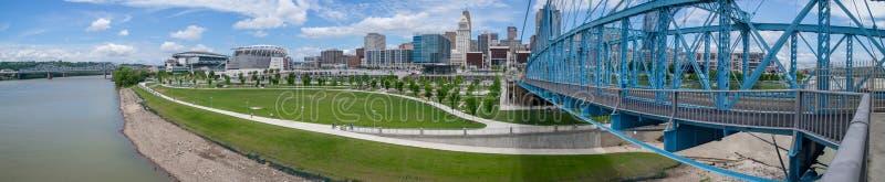 Aufhebungbr?cke John-A Roeblings-Br?cke und Cincinnati-Skyline-Panorama, Cincinnati, OH- stockfotos