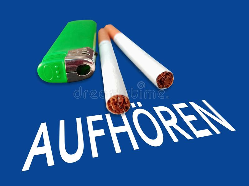 Aufhoeren ?? 在蓝色背景的德国词中止与香烟 库存照片