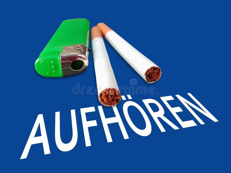Aufhoeren arr?t L'arrêt allemand de mot au-dessus du fond bleu avec des cigarettes photos stock