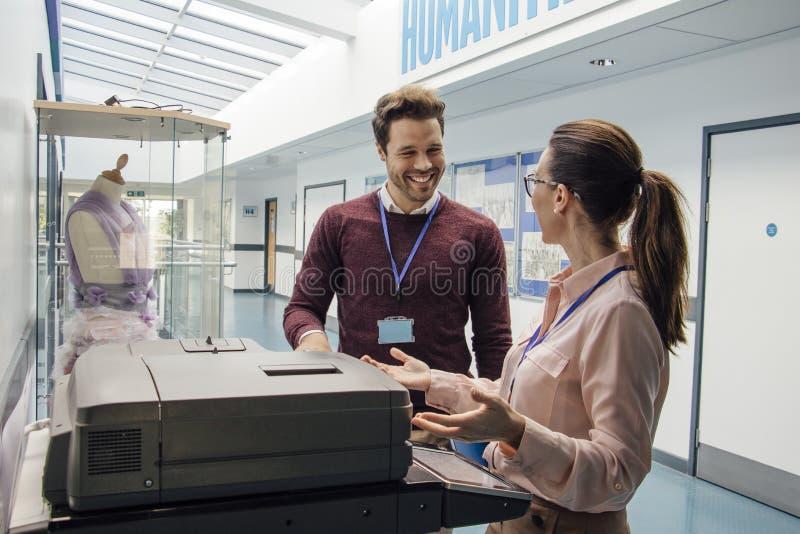 Aufholen am Drucker lizenzfreie stockbilder