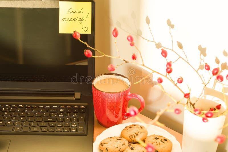 Aufkleber GUTER MORGEN auf Laptop und Frühstück lizenzfreies stockfoto