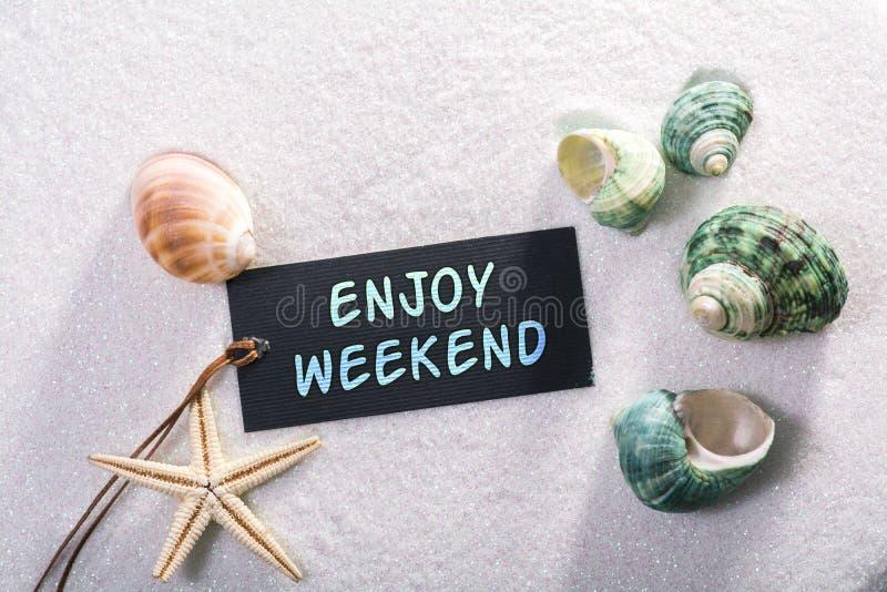 Aufkleber mit genießen Wochenende lizenzfreie stockbilder