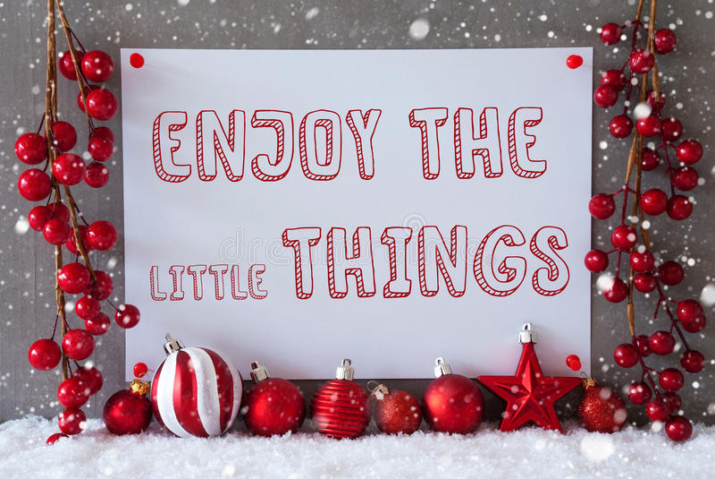 Aufkleber, Schneeflocken, Weihnachtsbälle, Zitat genießen die Kleinigkeiten lizenzfreies stockfoto